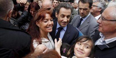 El presidente francés y candidato conservador para las presidenciales del próximo domingo, Nicolas Sarkozy (c), saluda a sus seguidores a la llegada a un acto electoral celebrado en Chateaurenard, sur de Francia. EFE