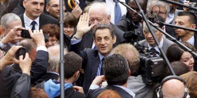 El presidente francés y candidato conservador para las presidenciales del próximo domingo, Nicolas Sarkozy (c), saluda a su llegada a un acto electoral celebrado en Chateaurenard, sur de Francia. EFE