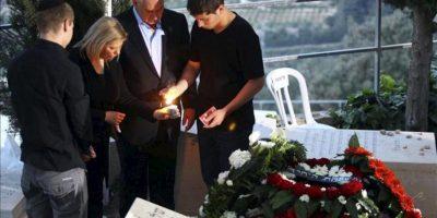 El primer ministro israelí, Benjamin Netanyahu (2ºdcha), enciende una vela junto a su mujer, Sara (2ºizda) y sus dos hijos durante el funeral de su padre, Ben Sión, en Jerusalén (Israel). EFE