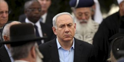 El primer ministro israelí, Benjamin Netanyahu (centro), asiste al funeral de su padre, Ben Sión, en Jerusalén (Israel). EFE