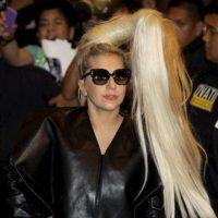 La cantante estadounidense Lady Gaga (C) saluda a sus fans a su llegada a Manila (Filipinas), hoy. EFE