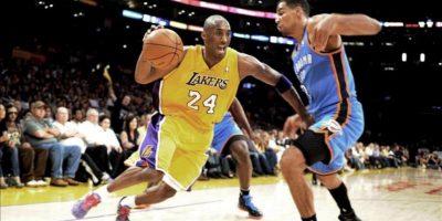 El jugador Kobe Bryant (i), de los Lakers de Los Ángeles disputa el balón con Thabo Sefolosha (d), de los Thunder de Oklahoma City, durante el partido de anoche. EFE