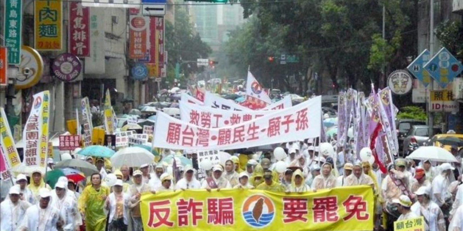 Opositores del presidente taiwanés, Ma Ying-jeou, se manifiestan contra hoy el inicio de su segundo mandato en Taipei, Taiwán. EFE