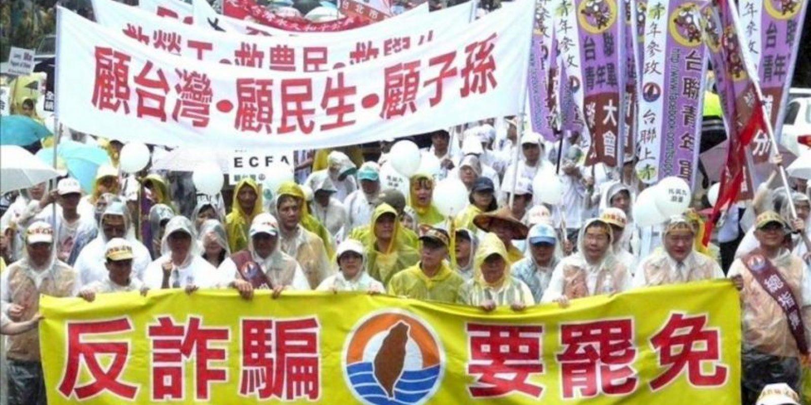 Opositores del presidente taiwanés, Ma Ying-jeou, se manifiestan hoy contra el inicio de su segundo mandato en Taipei, Taiwán. EFE