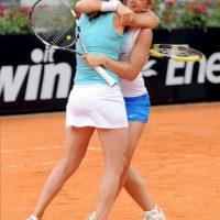Las tenistas italianas Sara Errani (d) y Roberta Vinci (i) celebran su victoria en la final de dobles del torneo Masters 1000 de Roma que disputaron contra las rusas Ekaterina Makarova y Elena Vesnina en el Foro Itálico de Roma, Italia, hoy. EFE