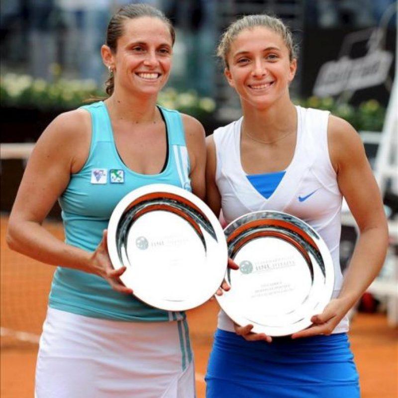 Las tenistas italianas Sara Errani (d) y Roberta Vinci (i) posan con sus trofeos tras la final de dobles del torneo Masters 1000 de Roma que disputaron contra las rusas Ekaterina Makarova y Elena Vesnina en el Foro Itálico de Roma, Italia, hoy. EFE