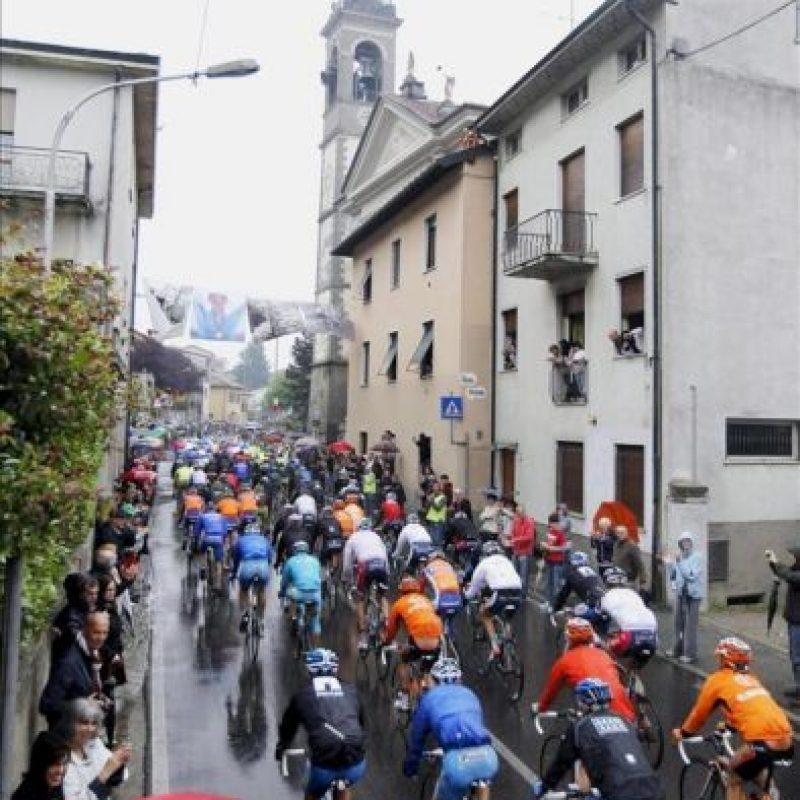 El pelotón avanza en la 15 etapa del Giro de Italia (169 kilómetros), entre Busto Arsizio y Lecco-Pian dei Resinelli (Italia), hoy, 20 de mayo de 2012. EFE