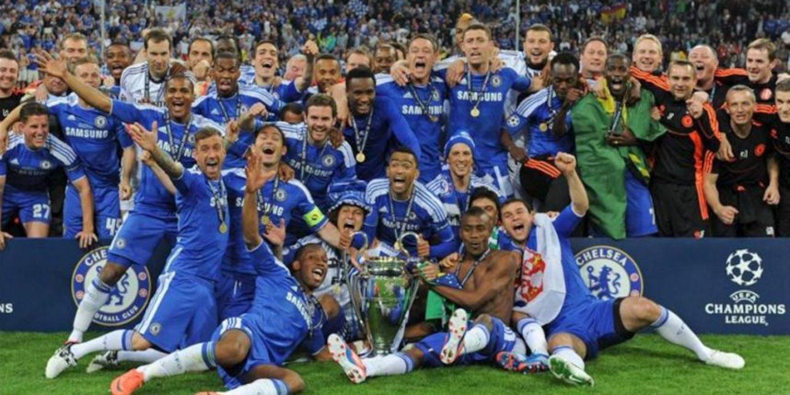 Jugadores del Chelsea celebran con el trofeo después de vencer al Bayern ayer, en el partido por la final de la Liga de Campeones de la UEFA en el estadio Allianz Arena de Múnich (Alemania). EFE