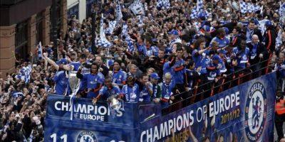 Los jugadores del Chelsea celebran en un autobús su victoria en la final de la Liga de Campeones 2012 ante el FC Bayern de Munich, en Londres, Reino Unido, el domingo 20 de mayo de 2012. EFE