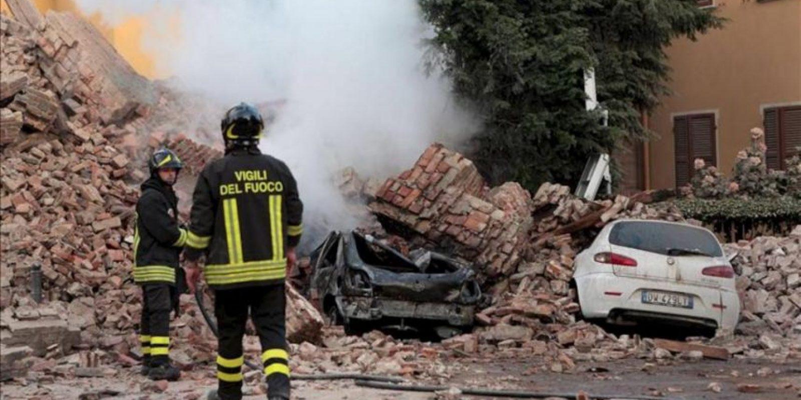 Los bomberos trabajan junto a los escombros de un edificio tras un terremoto de 5,9 grados de magnitud en la escala Richter registrado hoy, en la región de Emilia Romagna (norte de Italia). EFE