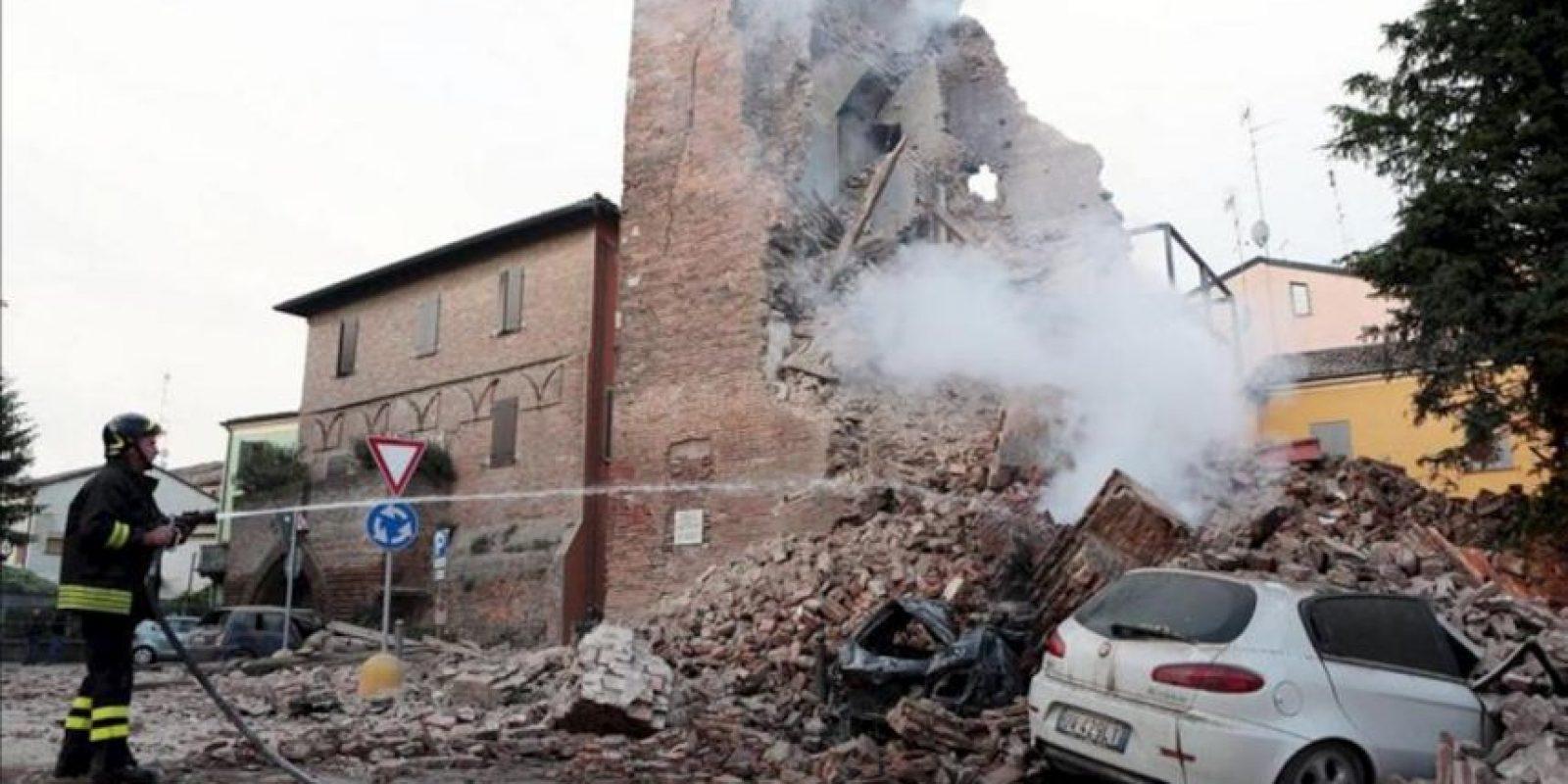 Un bombero trabaja junto a los escombros de un edificio tras un terremoto de 5,9 grados de magnitud en la escala Richter registrado hoy, en la región de Emilia Romagna (norte de Italia). EFE