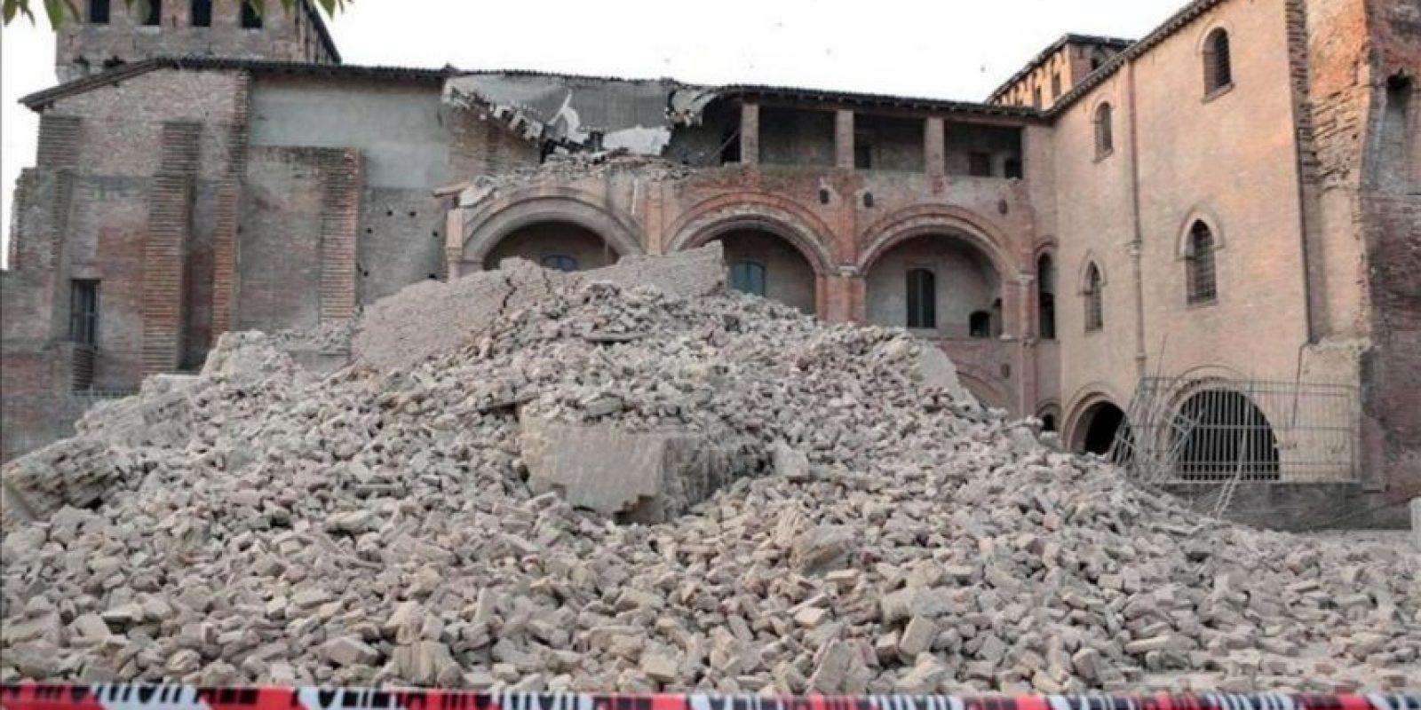 Vista general de una calle bloqueada por los escombros de un edificio tras un terremoto de 5,9 grados de magnitud en la escala Richter registrado hoy, en la región de Emilia Romagna (norte de Italia). EFE