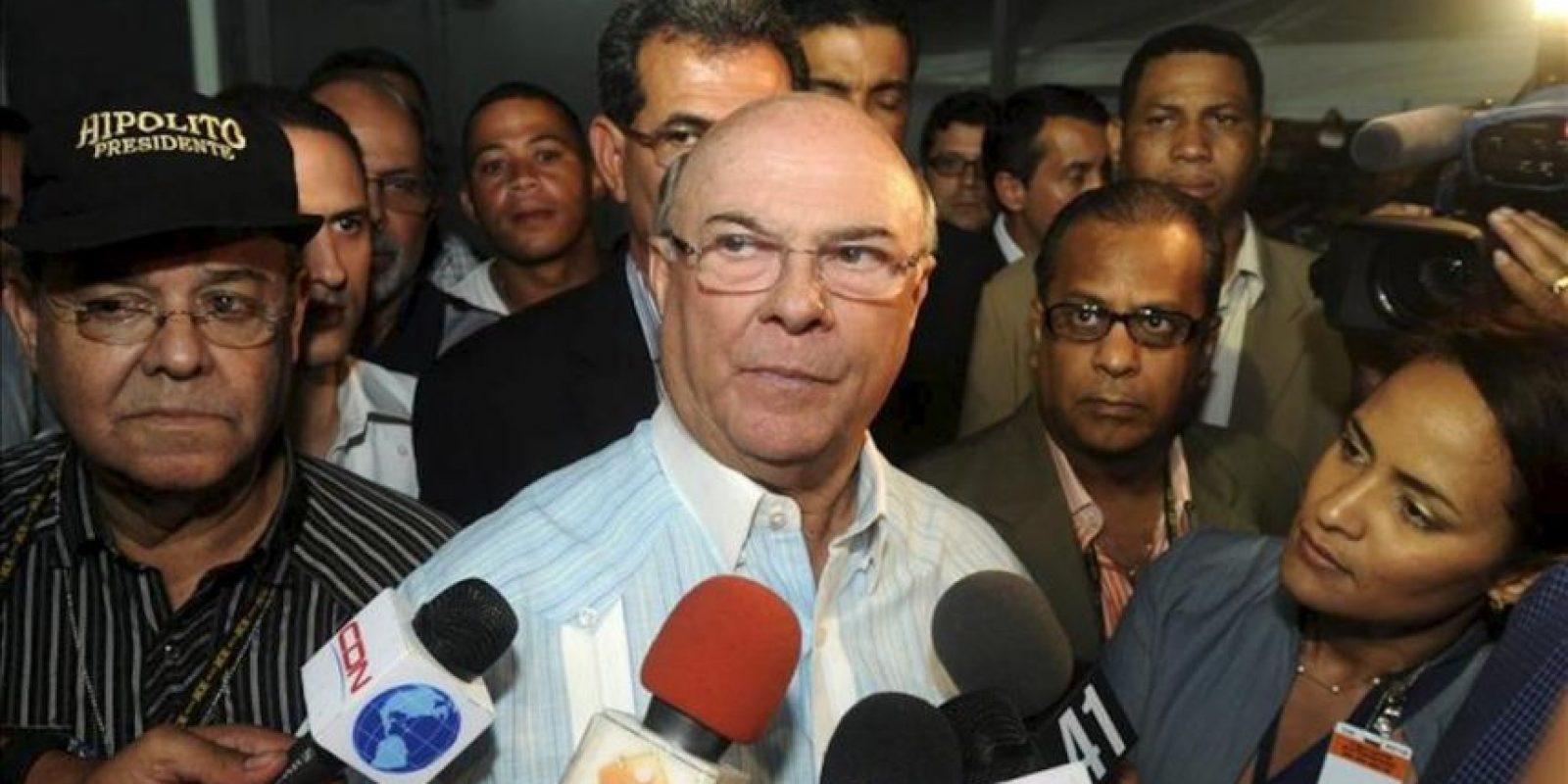 Hipólito Mejía (c), candidato presidencial del opositor Partido Revolucionario Dominicano (PRD), habla con la prensa en el centro de cómputos de su partido en Santo Domingo. Según los primeros resultados oficiales, Mejía ha sido superado en las elecciones celebradas este domingo por el exministro de la Presidencia Danilo Medina. EFE