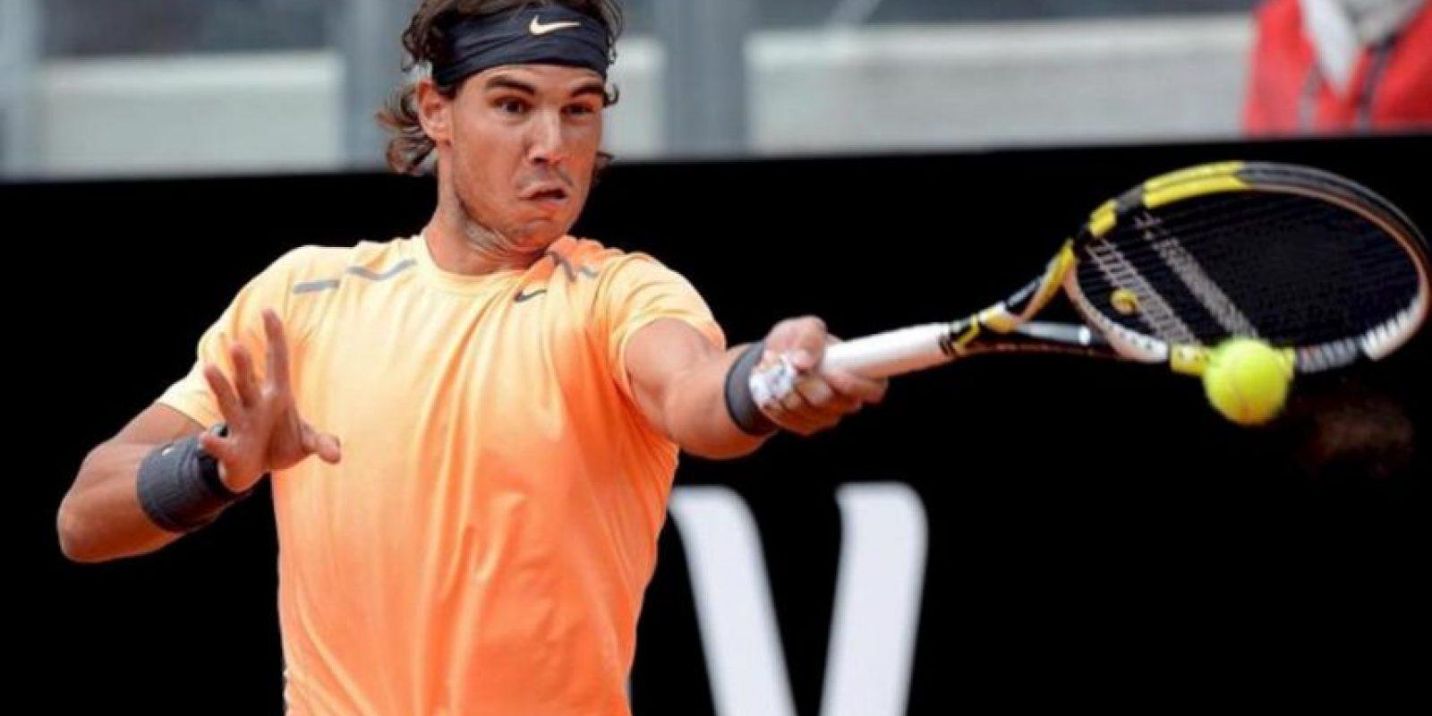 El tenista español Rafael Nadal le devuelve la bola al serbio Novak Djokovic durante la final del Masters 1.000 de Roma, Italia. EFE