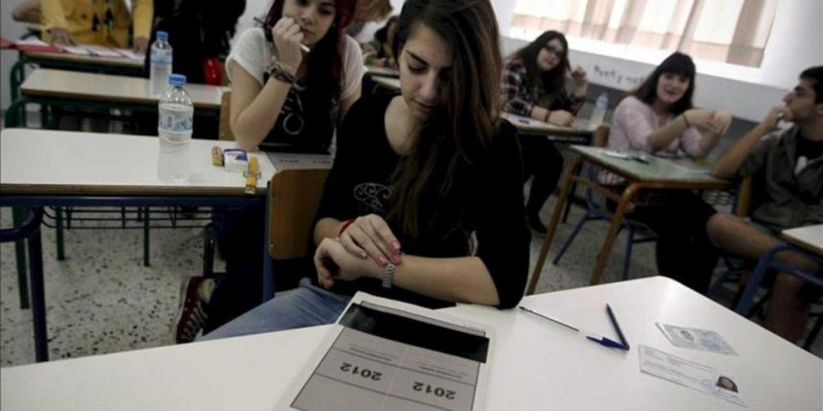 Estudiantes esperan el comienzo de los exámenes de acceso a la universidad, en Atenas, Grecia. EFE