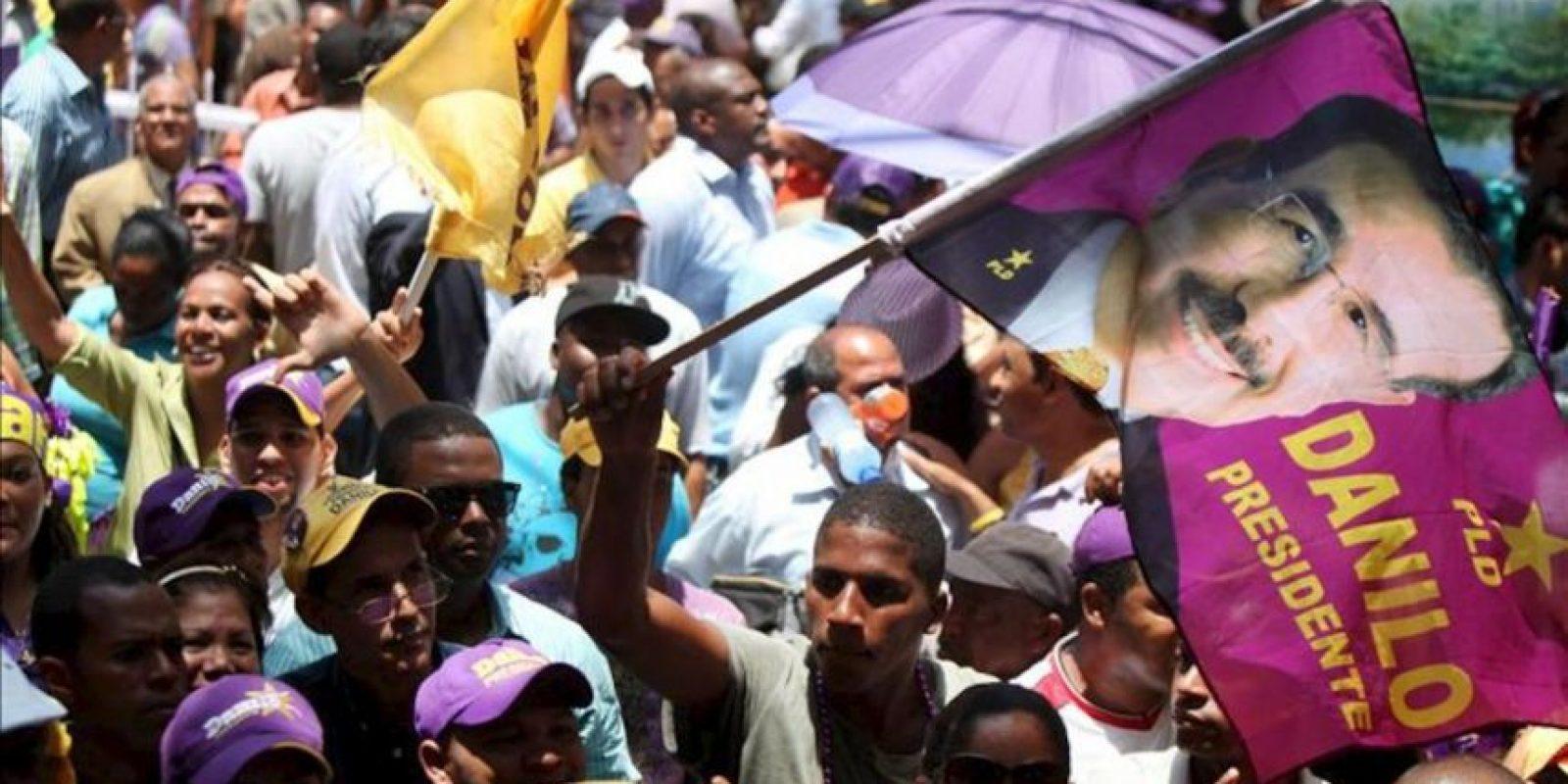 Seguidores del presidente electo de República Dominicana, Danilo Medina, celebran este 21 de mayo el triunfo de su candidato frente a la sede del Partido de la Liberación Dominicana (PLD). EFE
