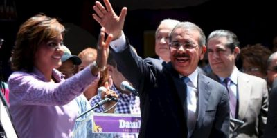 El presidente electo de República Dominicana, Danilo Medina (d), y su esposa, Cándida Montilla (i), saludan a sus seguidores antes de que Medina ofrezca su primer discurso a la nación en Santo Domingo (República Dominicana). EFE