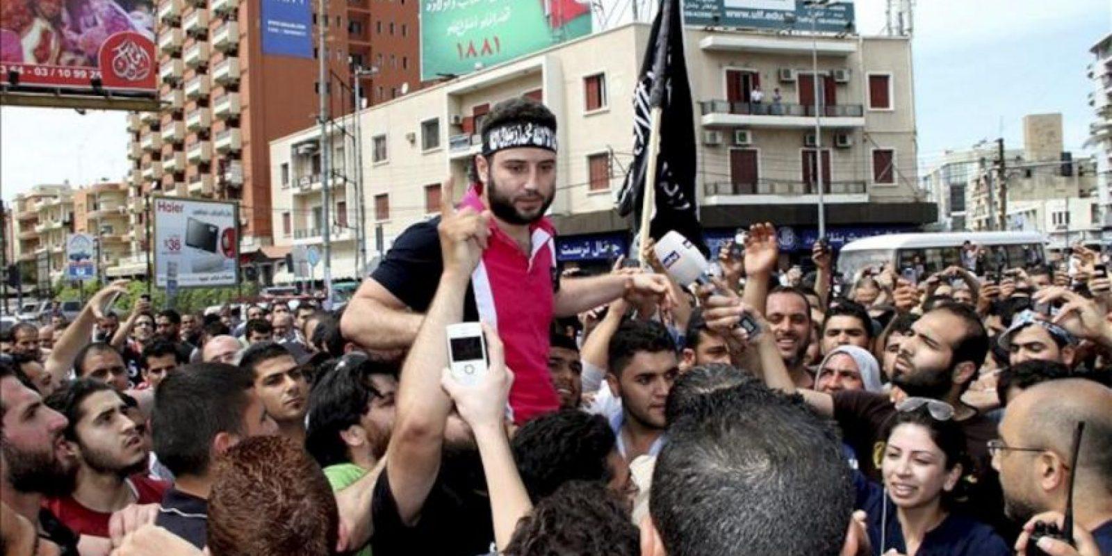 El clérigo suní Shadi Maulaui (c) se dirge a sus simpatizantes en la plaza Al-Noor de Trípoli, Líbano, hoy, martes, 22 de mayo. EFE