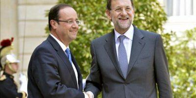 Foto cecida por la presidencia del Gobierno en la que se ve al presidente del Gobierno español, Mariano Rajoy (d), en el momento de ser recibido hoy en el Palacio del Elíseo por el presidente francés, François Hollande. EFE