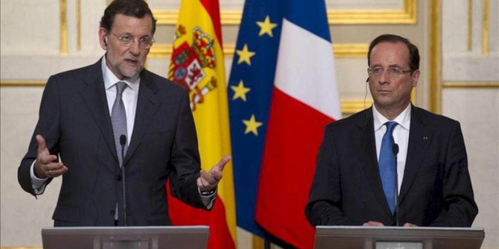 El presidente del Gobierno español, Mariano Rajoy (i), y el presidente francés, François Hollande (d), hablan en rueda de prensa conjunta tras su reunión en el Palacio del Elíseo de París, Francia. EFE