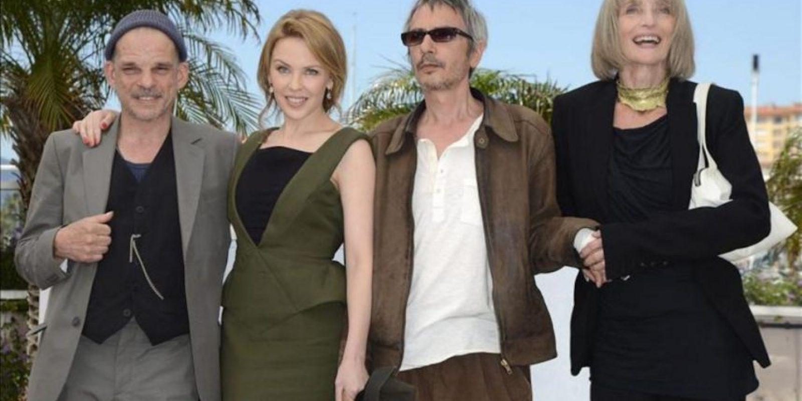 (i-d) El actor francés Denis Lavant, la cantante australiana Kylie Minogue, el director francés Leos Carax y la actriz gala Edith Scob, posan para los fotógrafos durante el pase gráfico de la película 'Holy Motors' en el marco de la 65 edición del Festival de Cine de Cannes, en Francia. EFE
