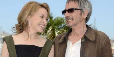 La cantante australiana Kylie Minogue (i) y el director francés Leos Carax (d) posan para los fotógrafos durante el pase gráfico de la película 'Holy Motors' en el marco de la 65 edición del Festival de Cine de Cannes, en Francia, hoy, 23 de mayo de 2012. EFE