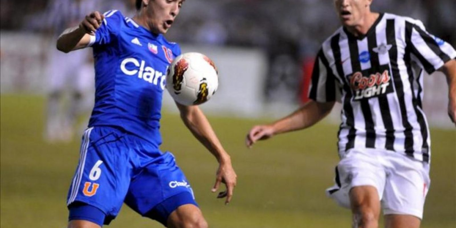 El jugador de Universidad de Chile Matías Rodríguez (i) disputa el balón con Luciano Civelli (d) del Libertad de Paraguay, el pasado miércoles 16 de mayo, en el partido de ida de los cuartos de final de la Copa Libertadores de América en Asunción (Paraguay). EFE