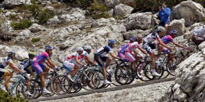 """El ciclista español del Katusha, Joaquim """"Purito"""" Rodríguez (3d), en acción junto al resto del pelotón durante la decimoséptima etapa del Giro d'Italia. EFE"""