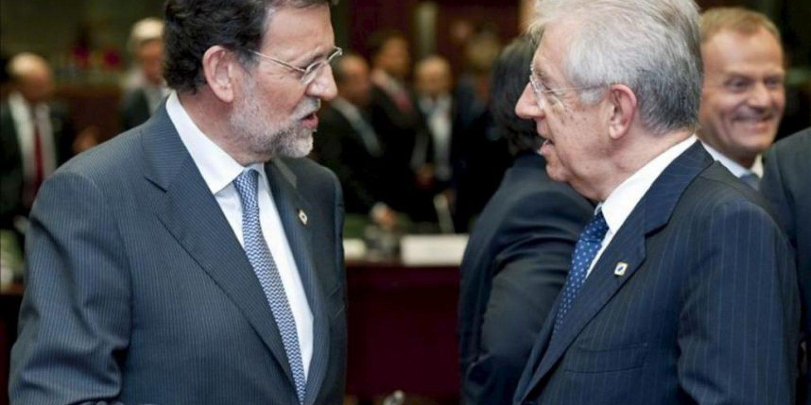 El presidente del Gobierno, Mariano Rajoy , conversa con su homólogo italiano, Mario Monti. EFE