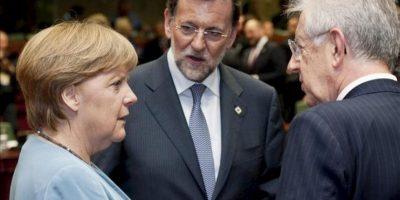 La canciller alemana, Angela Merkel, el presidente del Gobierno español, Mariano Rajoy (c), y el primer ministro italiano, Mario Monti (d), charlan al comienzo de la cumbre informal de jefes de Estado y Gobierno en Bruselas. EFE