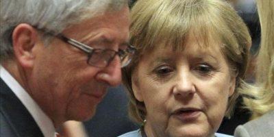 La canciller alemana Angela Merkel (d) conversa con el presidente del eurogrupo y el primer ministro luxemburgués Jean-Claude Juncker (i) durante la cumbre europea celebrada en Bruselas. EFE