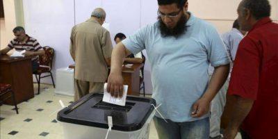 Un hombre egipcio deposita su voto en un colegio electoral, durante la primera vuelta de unas históricas elecciones presidenciales, en El Cairo, Egipto. EFE