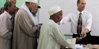 Una fila de hombres espera su turno para depositar su voto en un colegio electoral, durante la primera vuelta de unas históricas elecciones presidenciales, en El Cairo, Egipto. EFE