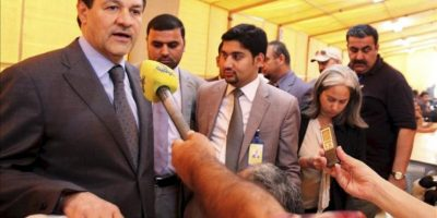 El portavoz del Gobierno iraquí, Ali Al-Dabagh (izq), atiende a la prensa a las puertas de la sala donde los enviados iraníes y del grupo 5 más 1 se reunieron en en Bagdad(Irak). EFE