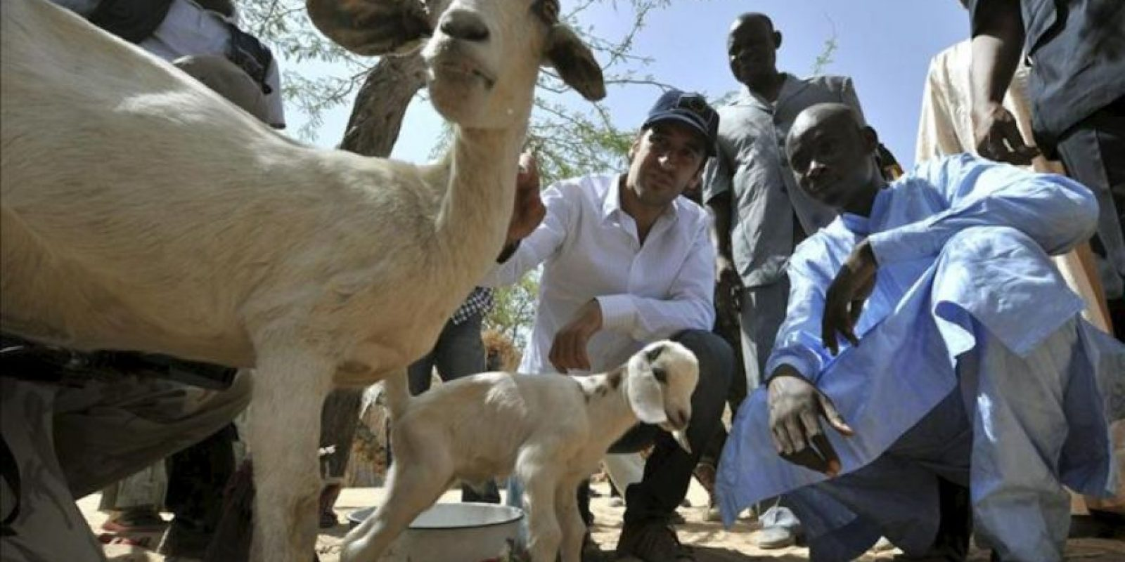 Fotografía facilitada por FAO que muestra al futbolista Raúl González con unos pastores de cabras en su visita a Chad como embajador de buena voluntad de la Organización de las Naciones Unidas para la Alimentación y la Agricultura (FAO). EFE