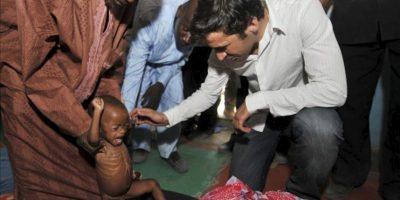 Fotografía facilitada por FAO que muestra al futbolista Raúl González en un centro de alimentación para niños con malnutrición en su visita a Chad como embajador de buena voluntad de la Organización de las Naciones Unidas para la Alimentación y la Agricultura (FAO). EFE