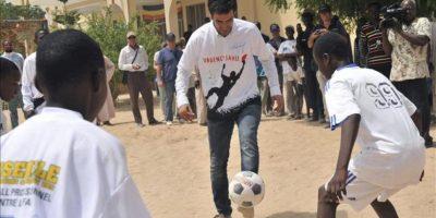 Fotografía facilitada por FAO que muestra al futbolista Raúl González jugando con unos niños en su visita a a Chad como embajador de buena voluntad de la Organización de las Naciones Unidas para la Alimentación y la Agricultura (FAO). EFE