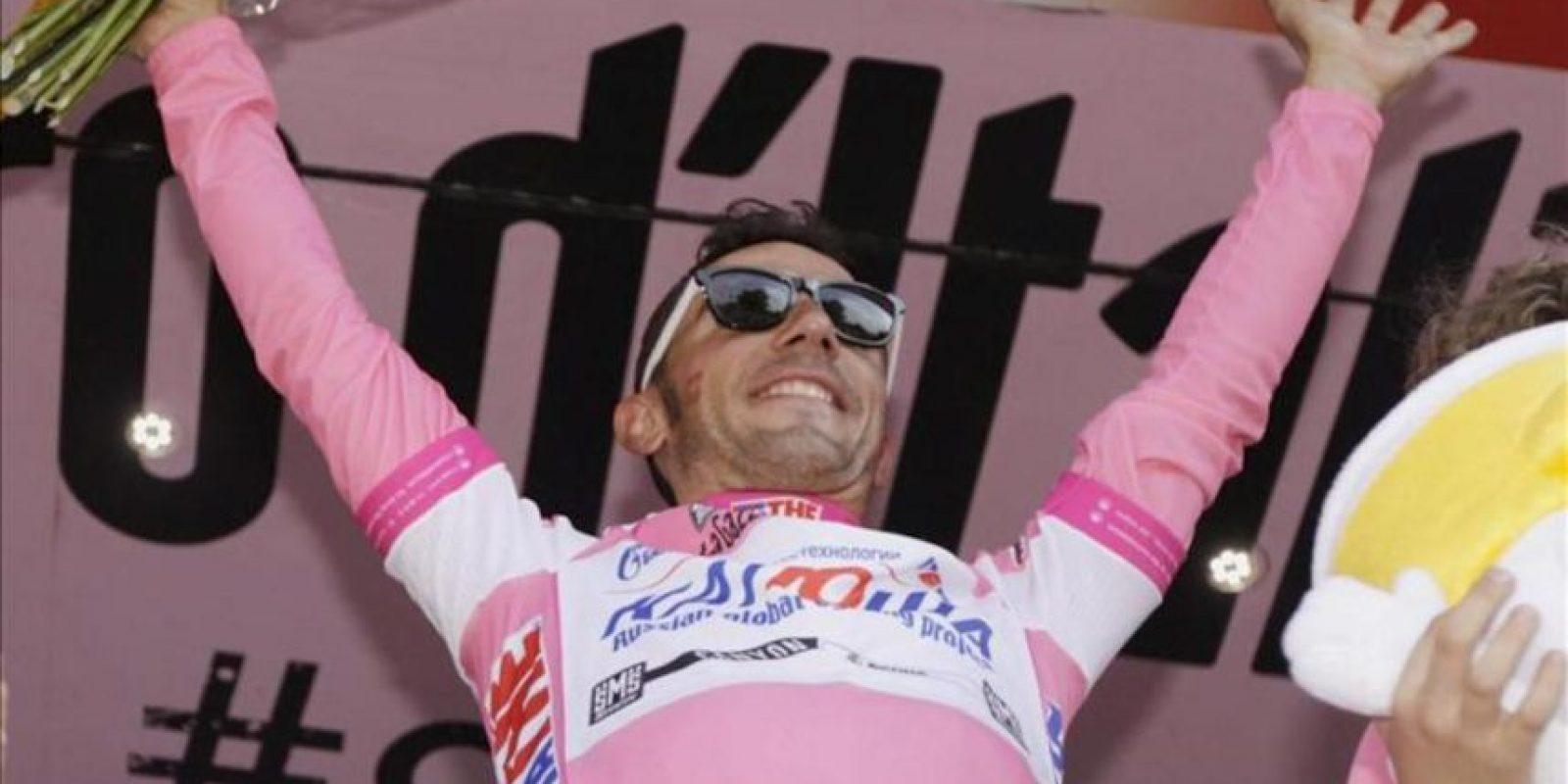 El ciclista español del Katusha, Joaquim 'Purito' Rodríguez, celebra en el podio el liderato provisional en la clasificación general tras la decimoctava etapa del Giro d'Italia. EFE