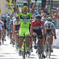 El ciclista italiano del Vini Farnese, Andrea Guardini, celebra la victoria conseguida en la decimoctava etapa del Giro d'Italia. EFE