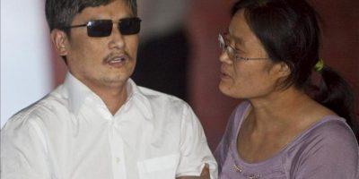 El chino ciego y activista de derechos humanos, Chen Guangcheng (i), es ayudado por su esposa, Yuan Weijing, el pasado 19 de mayo después de llegar al hospedaje de la Universidad de Nueva York en Nueva York (EEUU). EFE/Archivo