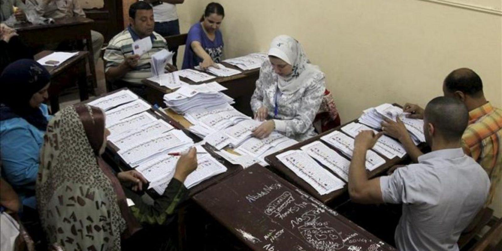 Funcionarios cuentan las papeletas de la primera vuelta de las elecciones presidenciales en un puesto de votación en El Cairo (Egipto). EFE