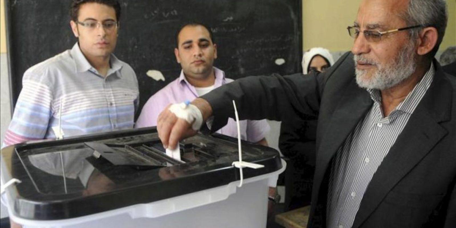 El líder de los Hermanos Musulmanes de Egipto, Mohamed Badie, vota en un colegio electoral de Beni Suef (Egipto). EFE