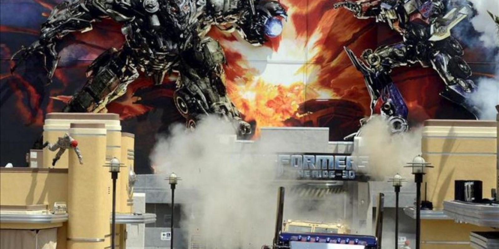 Actores y dobles en acción durante un pase de prensa de 'Transformers: The Ride-3D – The Greatest Battle You'll Ever Ride', en Universal City, de los Estudios de cine Universal, California (EE.UU.). EFE
