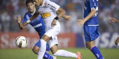 El jugador de Santos Neymar (c) es marcado por Gino Peruzzi (d), de Vélez Sarsfield, durante un partido por los cuartos de final de la Copa Libertadores en el estadio Vila Belmiro de Santos (Brasil). EFE