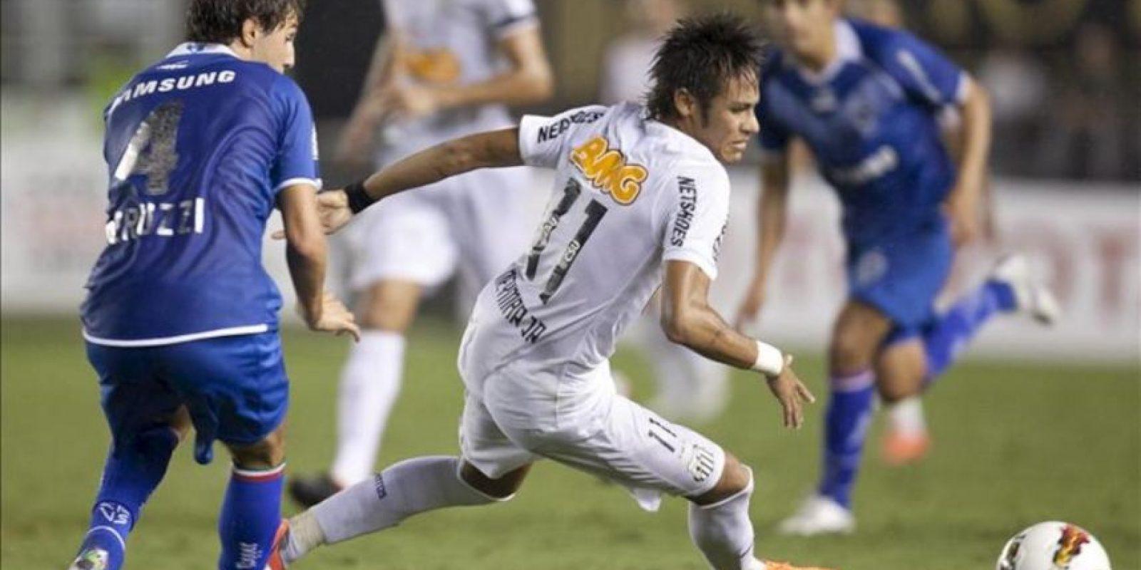 El jugador de Santos Neymar (d) es marcado por Gino Peruzzi (i), de Vélez Sarsfield, durante un partido por los cuartos de final de la Copa Libertadores en el estadio Vila Belmiro de Santos (Brasil). EFE