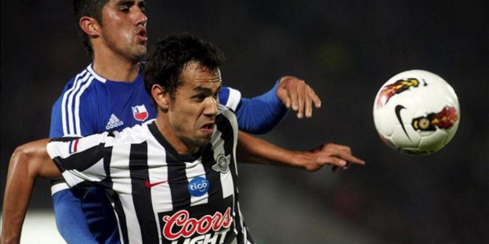 El jugador de Universidad de Chile Osvaldo Gonzalez (i) disputa el balón con Pablo Velázquez de Libertad, durante el partido de vuelta por cuartos de final de la Copa Libertadores disputado en el Estadio Nacional, en Santiago de Chile. EFE