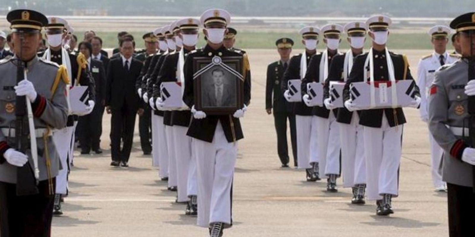Soldados rinden homenaje los restos de 12 soldados surcoreanos hoy, viernes 25 de mayo de 2012, que murieron en la guerra con Corea del norte (1950-53) y que llegaron a la Base Aérea de Seúl en Seongnam, al sur de la capital en Corea del Sur. EFE