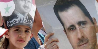 Una niña sostiene un retrato del presidente sirio, Bachar Al Asad, durante una manifestación progubernamental en la plaza Sabe Bahrat de Damasco, Siria, el pasado mes de abril. EFE/Archivo