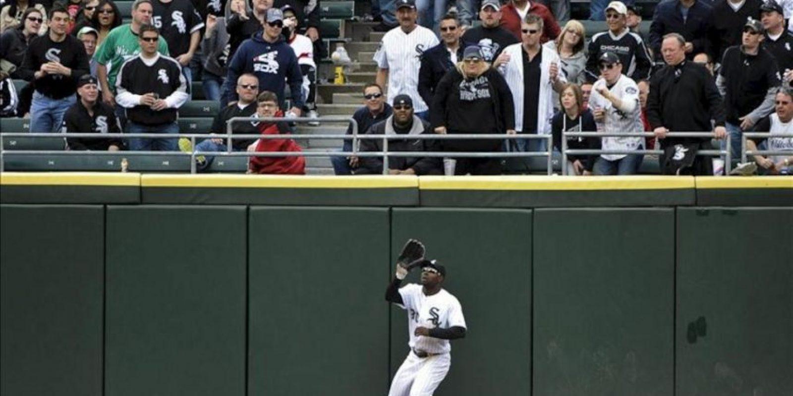 El jugador de los Medias Blancas, Alejandro De Aza, alcanza una bola durante el juego de la MLB. EFE/Archivo