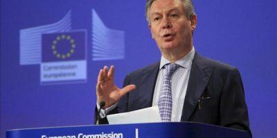 El comisario europeo de Comercio, Karel De Gucht, ofrece una rueda de prensaa en la sede de la Comisión Europea hoy en Bruselas (Bélgica). EFE